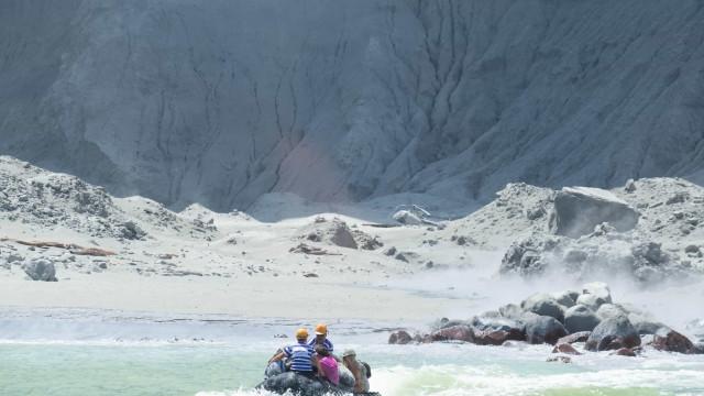 Turistas fogem de ilha com impressionante coluna de fumo por perto