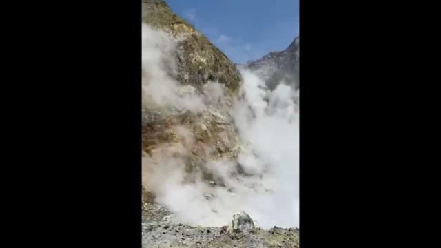 Vulcão White Island. Turista filmou cratera pouco antes da erupção