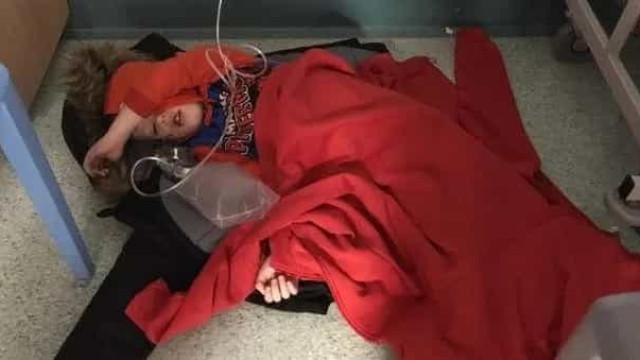 Menino de 4 anos com pneumonia colocado no chão de hospital em Leeds