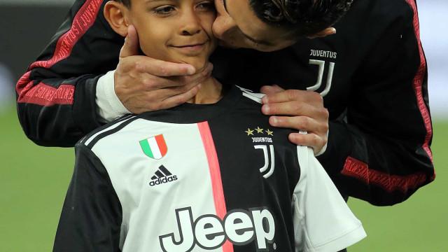 De taça na mão! Cristiano Ronaldo orgulhoso do filho