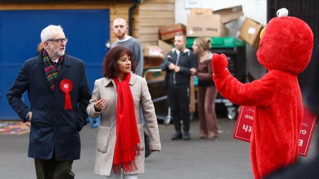 Ida de Corbyn às urnas marcada por pequeno incidente com... Elmo