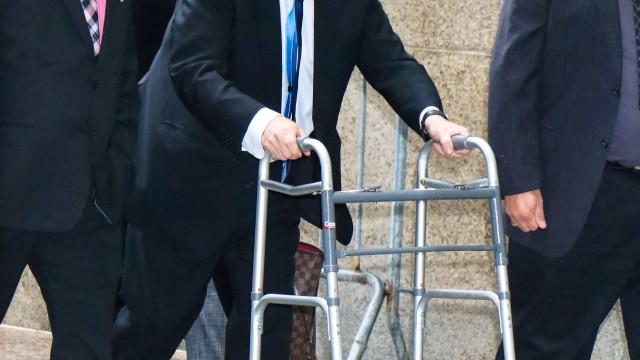 Harvey Weinstein aparece de andarilho e aparência debilitada em tribunal