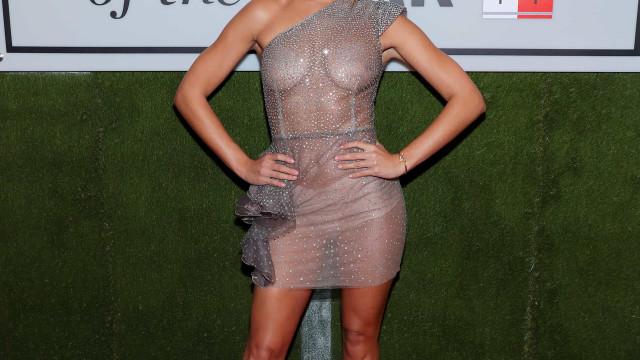 Modelo indignada com críticas a vestido transparente que usou em evento