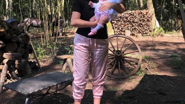 """""""A fofura do dia""""! Filha de Katia Aveiro vestida de mini mãe Natal"""