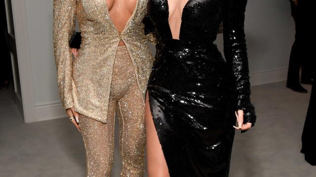 Decotes atrevidos de Khloé Kardashian e Kylie Jenner tiram fôlego aos fãs