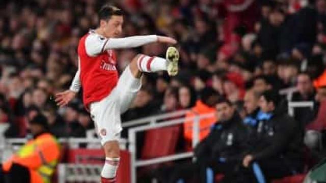 Özil reagiu desta forma depois de ser substituído e assobiado