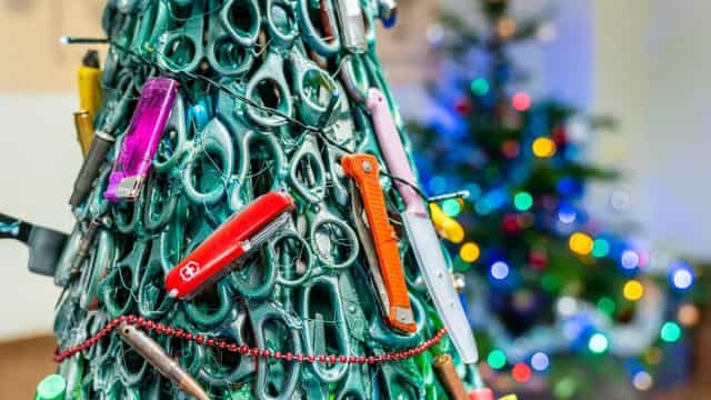 Teve objetos confiscados no aeroporto? Podem estar nesta árvore de Natal