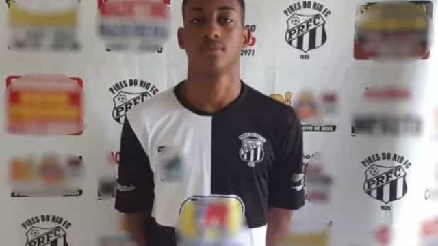"""Jogador de 16 anos morreu em campo: """"Caiu com a mão agarrada ao peito"""""""