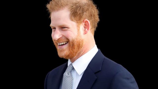 Príncipe Harry fotografado a desembarcar no Canadá com look descontraído