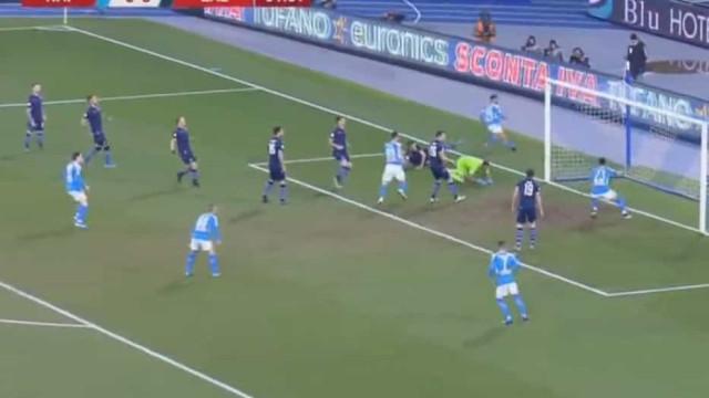 Insigne deixou dois defesas da Lazio para trás e marcou assim