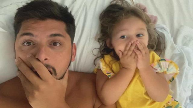 Filha de ator brasileiro protagoniza momento (muito) amoroso