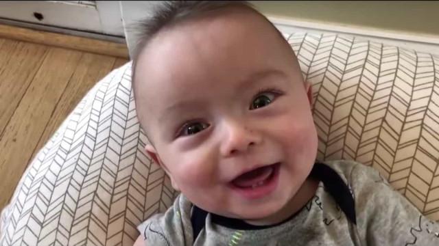 Com muita paciência, pai põe bebé a cantar AC/DC
