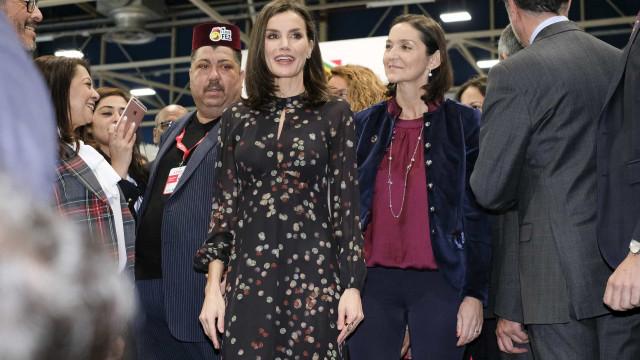 Rainha Letizia brilha em evento com vestido floral 'reciclado'