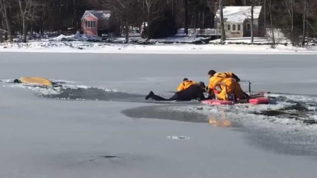 Bombeiros resgatam homem e cão de lago congelado nos EUA