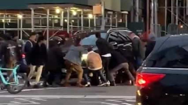 Levantaram carro para retirar mulher presa debaixo do veículo