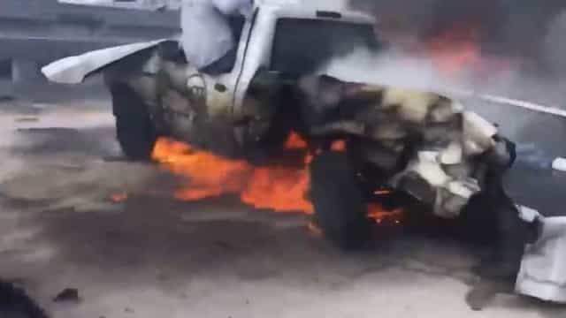 Homem é retirado de carro em chamas e imagens tornam-se virais