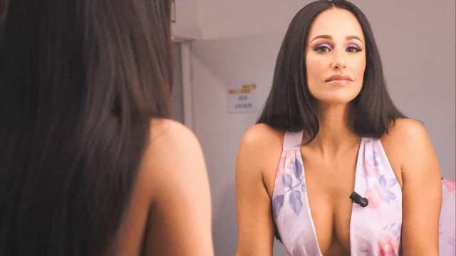 """Rita Pereira mostra truque para """"segurar as maminhas"""" dentro de vestido"""