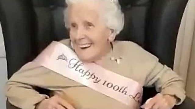 Boa-disposição aos 100 anos. Idosa canta com entusiasmo no aniversário