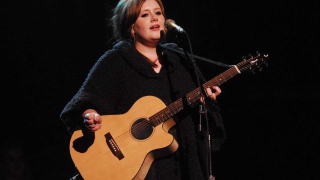 Vídeo: Adele atua em casamento de amigos e curvas voltam a ser destaque