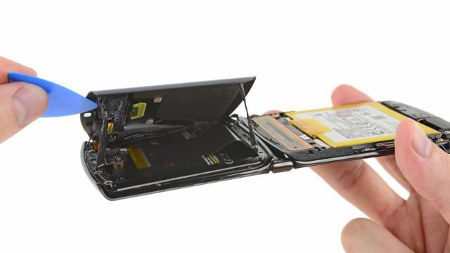 Motorola Razr. Veja como é desmontar o smartphone dobrável