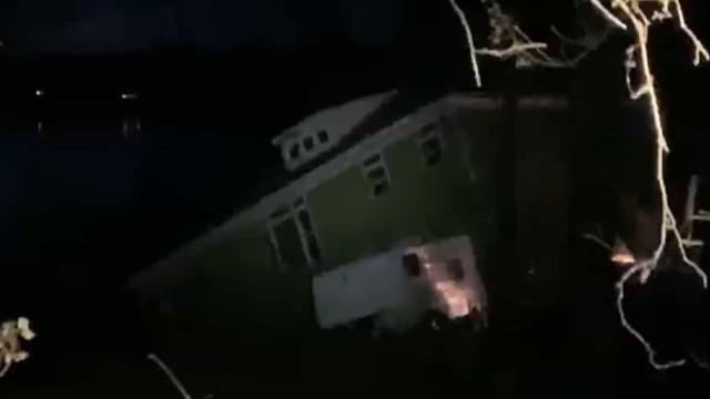 Deslizamento de terra faz casa colapsar nos EUA