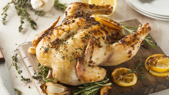 Este ingrediente surpreendente torna o frango assado mais tenro