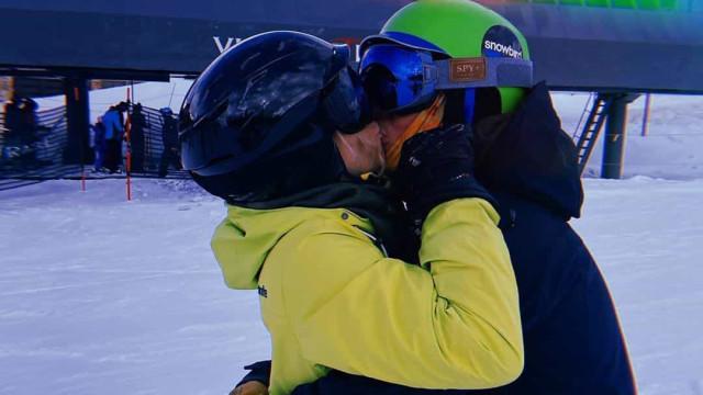 Carolina Dieckmann partilha momento apaixonado durante férias na neve