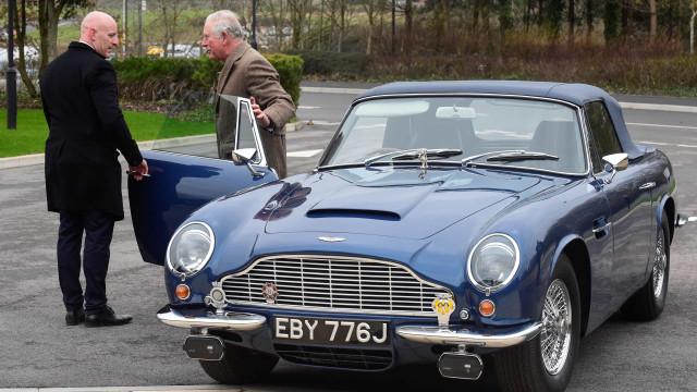 Príncipe Carlos chega à fábrica da Aston Marin com todo o estilo