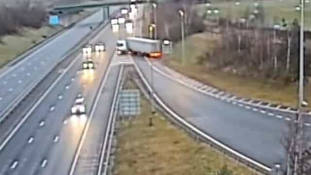 Camião faz inversão de marcha em plena autoestrada no Reino Unido
