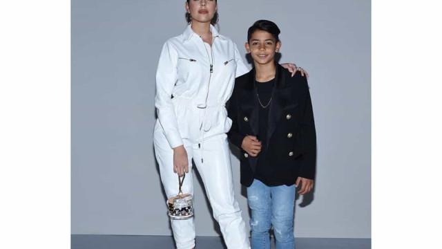 Georgina leva Cristianinho a desfile de moda... e foi ele quem brilhou