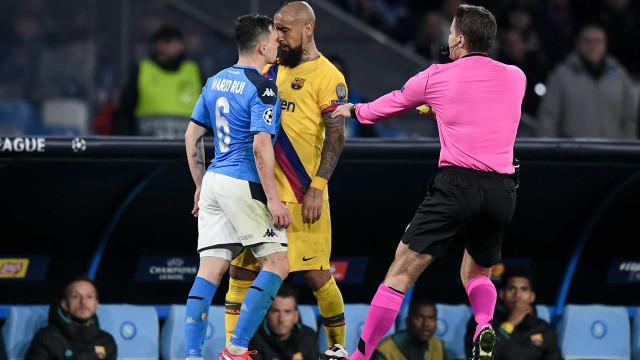 Arturo Vidal 'embrulhou-se' com o português Mário Rui e viu o vermelho