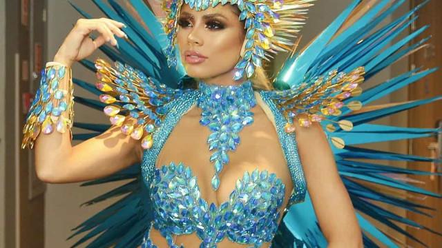Pés inchados e arranhões. Cantora Lexa mostra marcas do Carnaval