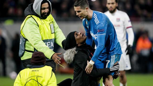 Ronaldo não estava para selfies. Eis a reação de CR7 com invasor de campo