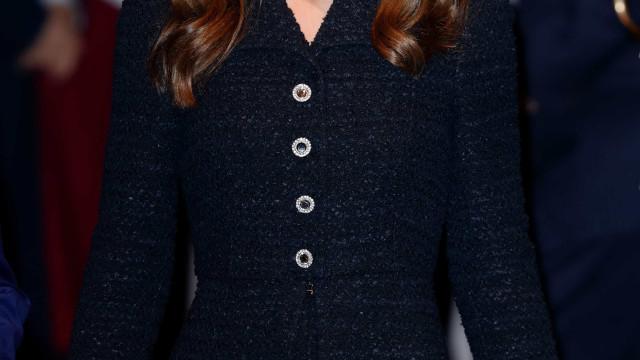Em noite de teatro, Kate Middleton deslumbra com sapatos excêntricos