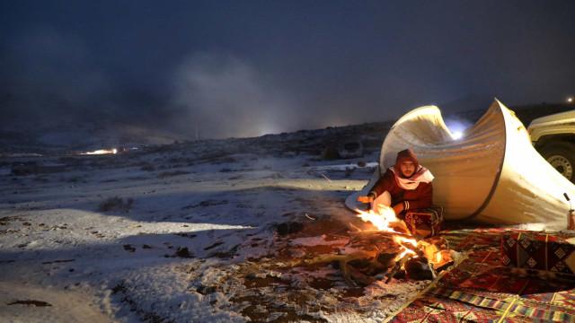 Rara queda de neve 'pinta' deserto da Arábia Saudita de branco