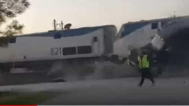 Comboio em alta velocidade abalroa camião avariado