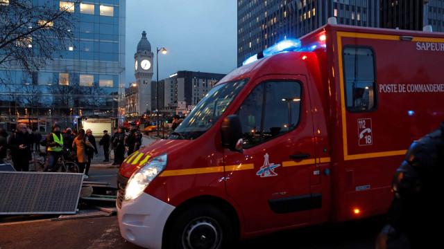 Incêndio deflagrou junto à Gare de Lyon em Paris na sequência de protesto