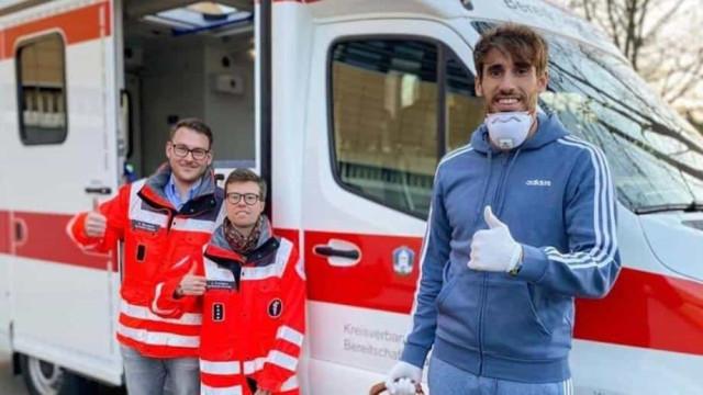 Craque do Bayern ajudou a Cruz Vermelha a distribuir bens essenciais