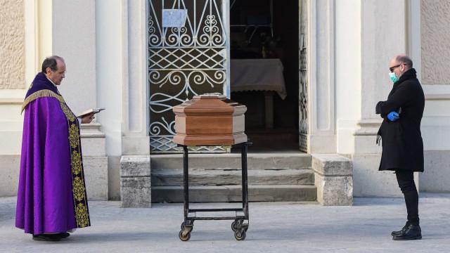 O padre, o filho e a mãe. A irreparável solidão dos funerais em Itália