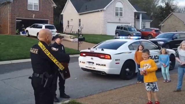 Covid-19. Polícia canta 'Parabéns' a crianças em quarentena nos EUA