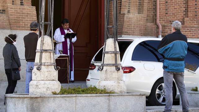Espanha: Funerais de 15 minutos com caixão que não sai do carro funerário