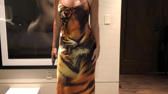 Kourtney Kardashian mostra look 'selvagem' e usa vestido... com rabo