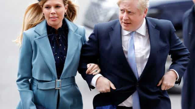 Grávida de 6 meses, mulher de Boris Johnson está isolada em casa da mãe