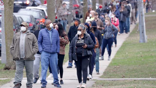 Wisconsin: Em plena pandemia, milhares aguardam horas em filas para votar
