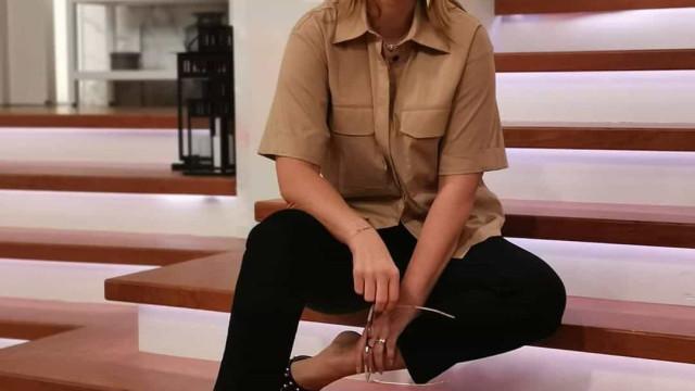 """""""São a tendência da estação"""". Quanto custam estas sandálias de Cristina?"""