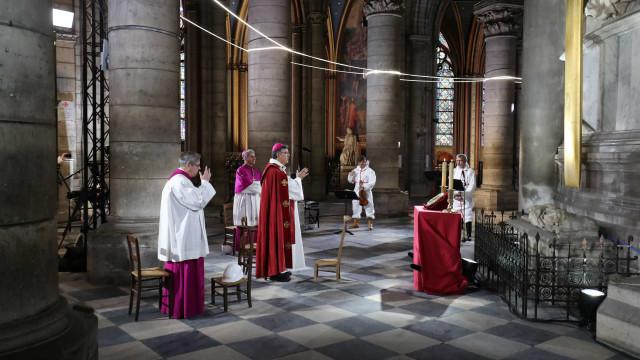 Um ano depois do incêndio, Notre-Dame recebeu missa da Sexta-feira Santa