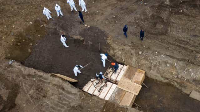 Imagens aéreas mostram enterros em Nova Iorque durante pandemia