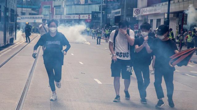 Polícia em Hong Kong dispara gás lacrimogeneo sobre manifestantes