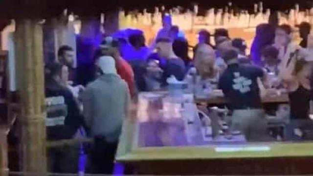 'Covidiotas' voltam a quebrar regras e divertem-se em bar