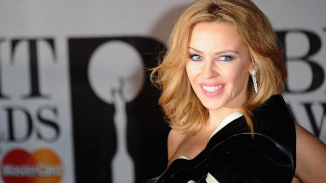 Aniversário: Kylie Minogue recorda infância e mostra fotos amorosas